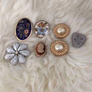 Jewelry - Lot of vintage broaches and clip on earrings